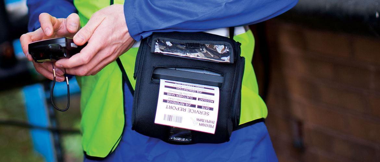 Operador usando a impressora portátil Brother
