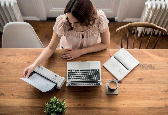 ADS-1200 sendo usado por mulher sentou se à mesa