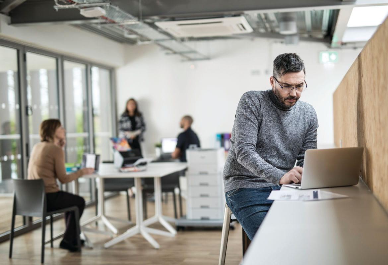 Homem com laptop no escritório