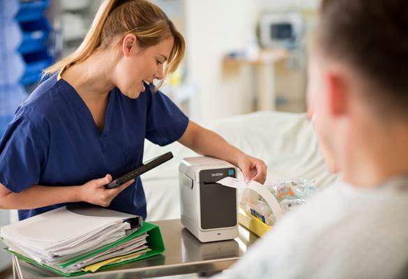 Técnicos de sanidade com impressora de etiquetas TD Brother