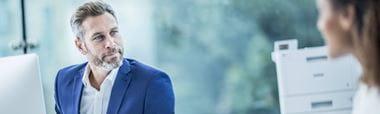 Homem com casaco azul