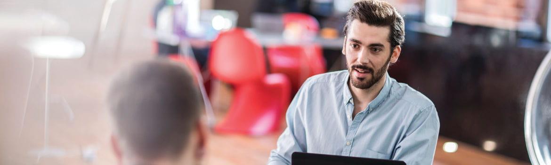 Homem com barba no escritório