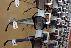 Óculos de sol com etiquetas