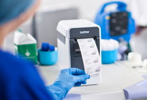 Médico usando impressora de etiquetas TD Brother