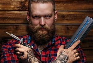Homem tatuado com impressora portátil PJ Brother