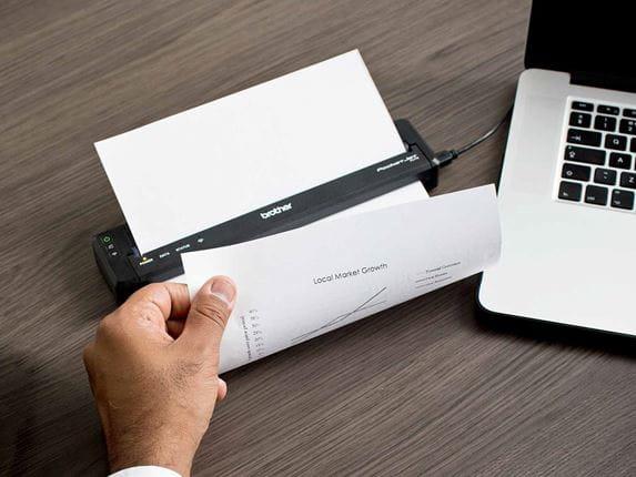 Менеджер по продажам печатает на мобильном принтере PJ от Brother