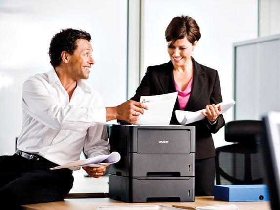 Hölgy és férfi irodában Brother készülék mellett