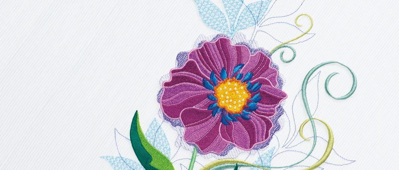Broderie florale sur fond gris