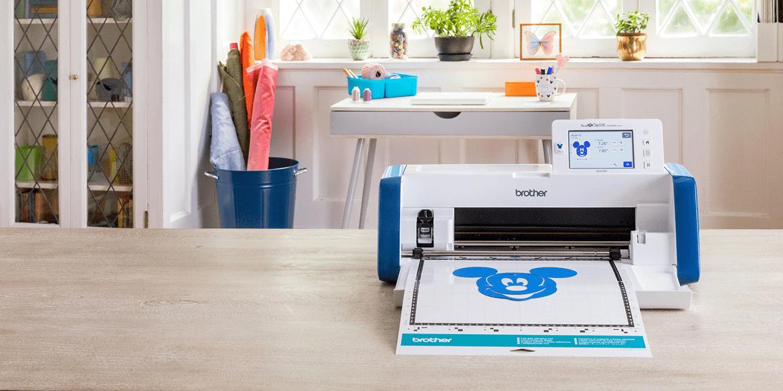 ScanNCut SDX2200D mit blauer Micky Maus ausgeschnitten auf der Matte