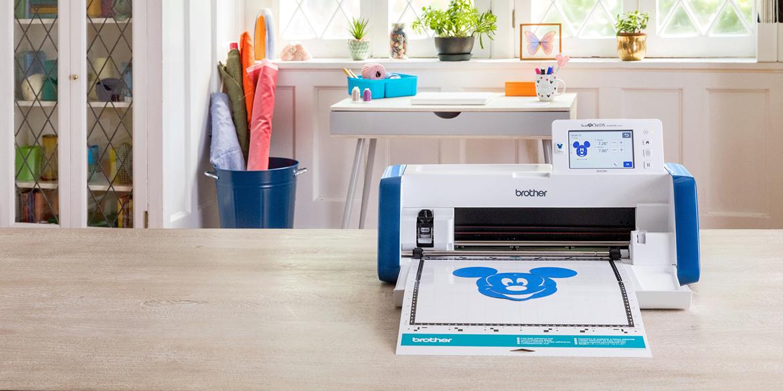 ScanNCut SDX2200D met blauwe Mickey Mouse uitgesneden op de mat