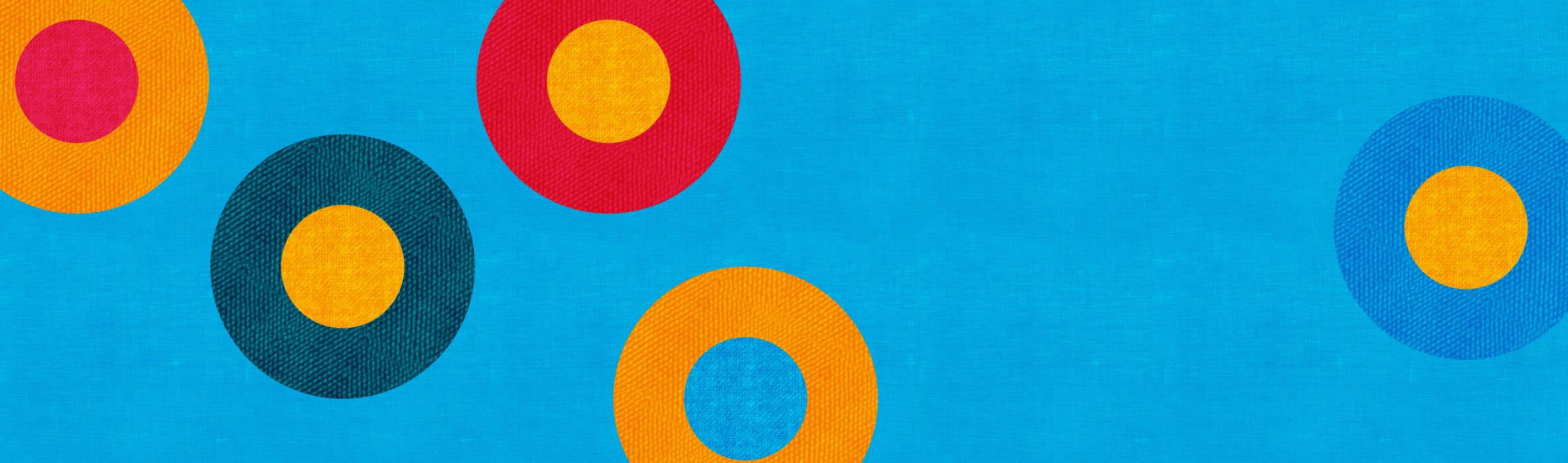 Cerchi multicolore su sfondo blu