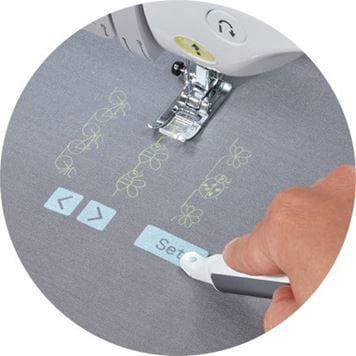 commandes de la machine projetées sur un tissu