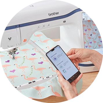 My Design Snap app op smartphone voor geborduurde flamingo's