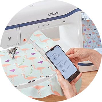 My Design Snap App auf Handy vor Flamingo-Stickerei