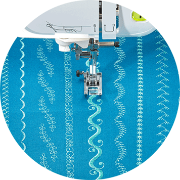 Différents points de couture décoratifs sur un tissu bleu sarcelle