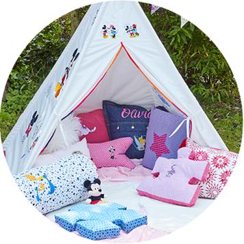 Tente d'enfant blanche et coussins brodés avec des motifs Disney