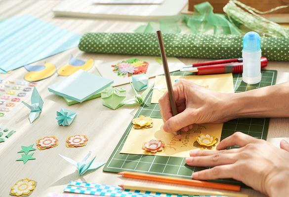 de nombreux matériaux d'artisanat différents sur un bureau blanc