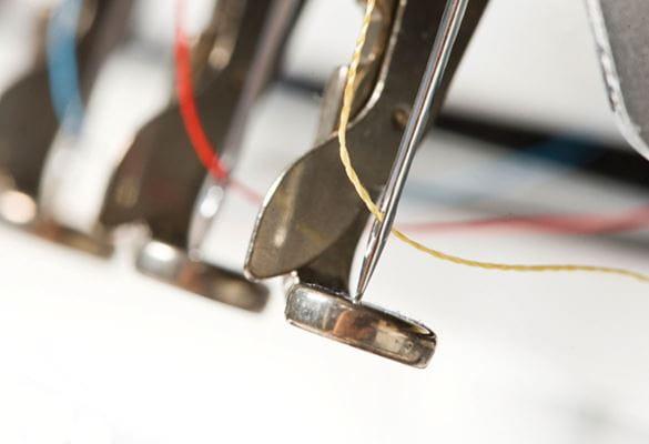 Nahaufnahme von Stickmaschinen-Nadeln