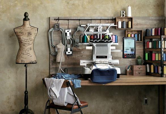 PR1050X-borduurmachine in een atelierdecor