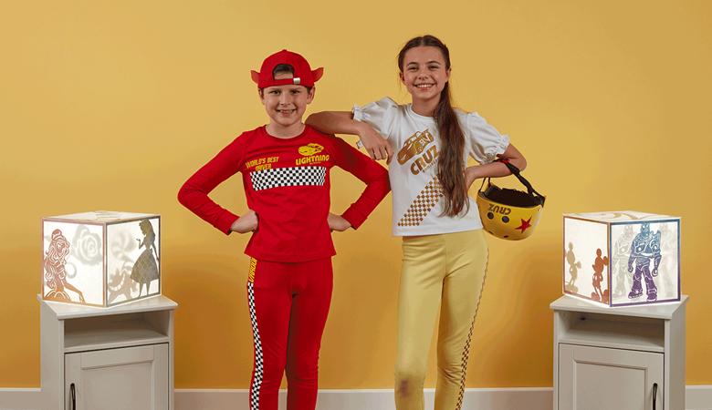 Garçon et fille portant des tenues inspirées de Disney Cars