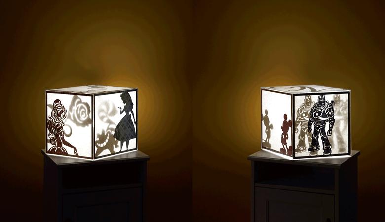 Deux caissons lumineux avec des silhouettes dans une pièce sombre