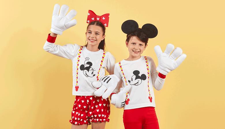 Garçon et fille en tenue Mickey rouge et blanche