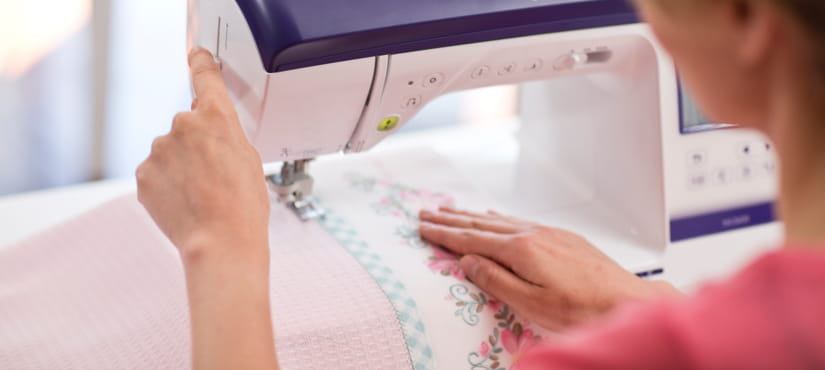 Vrouw naait met een naaimachine
