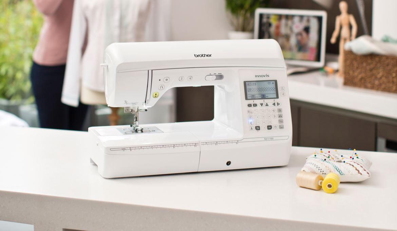 Naaimachine op tafel in huis