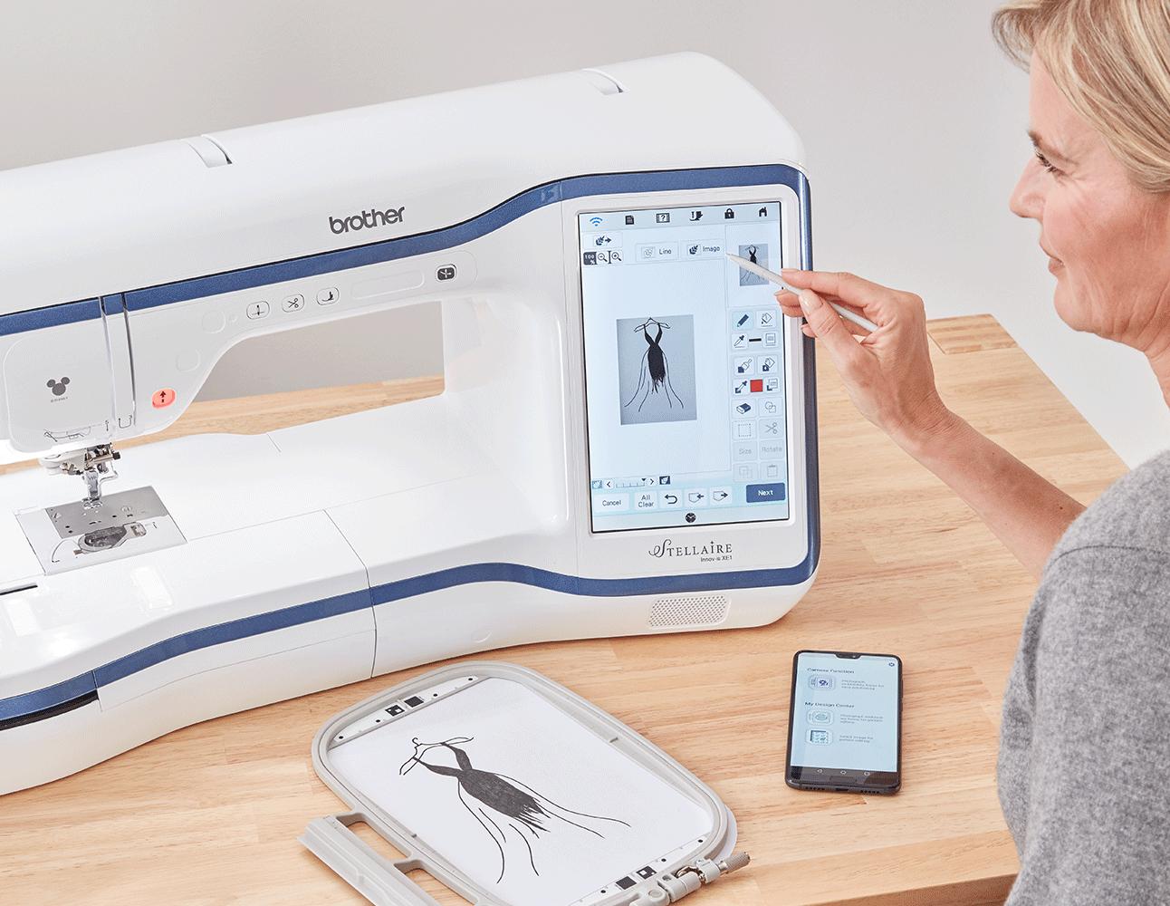 Skizze eines Kleids in Rahmen, Handy mit My Design App und Stellaire