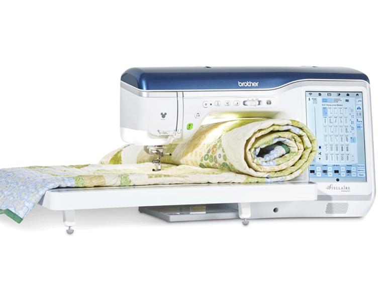 Trapunta arrotolata nella macchina per cucire e ricamare Stellaire XJ1