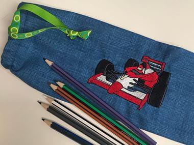 Étui à crayons bleu avec voiture de course brodée