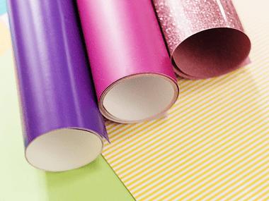 Rouleaux de vinyle rose et violet sur carton jaune