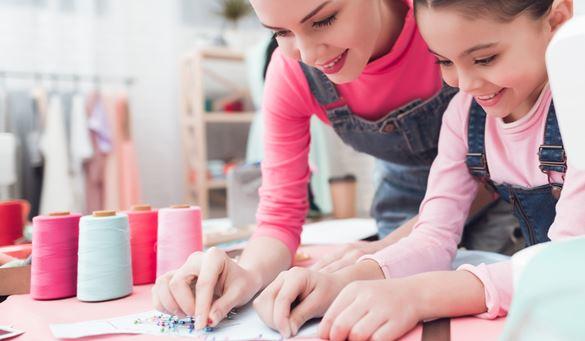 Mutter und Kind bei Handarbeiten