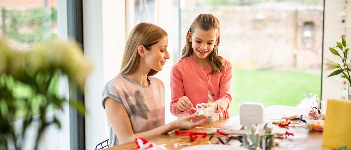 A mother and daughter use the P-touch CUBE label printer to create personalised gifts for family and friends