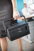 Žena nese přenosnou tiskárnu štítků PT-D8010W