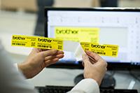 Brother PT-P950NW labelprinter met makkelijk te strippen labels