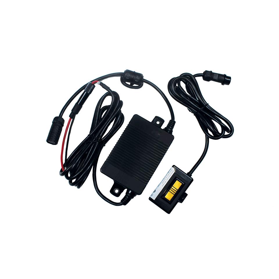 Zestaw eliminatora akumulatora do podłączenia do zasilania samochodu na białym tle