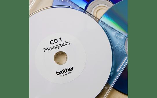 Original DK-11207 CD/DVD-Etikettenrolle von Brother – Schwarz auf Weiß, Film, Ø 58 mm 2