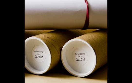 Brother DK-11218 juodų raidžių baltame fone etikečių ritinėlis – 24 mm apvalios formos etiketės 2
