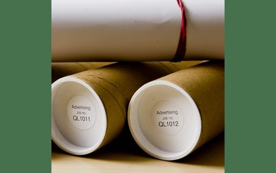 Oriģināls Brother DK-11218 melnas drukas balts marķēšanas lentes rullis Ø 24mm 2