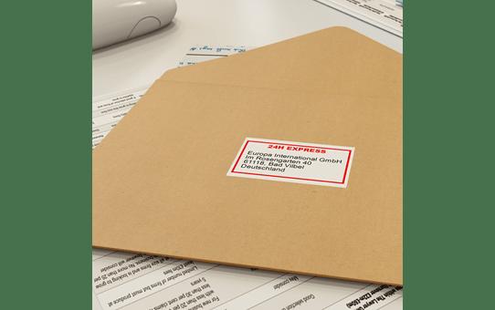 Originalus Brother DK-22251 nenutrūkstamo popieriaus etikečių ritinėlis – juodos ir raudonos raidės baltame fone, 62 mm pločio 2