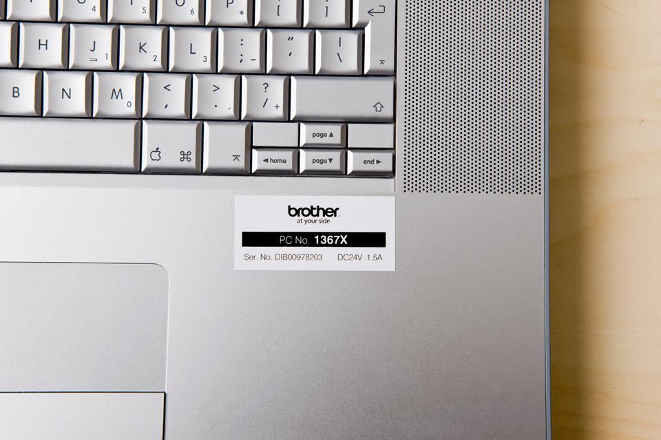 Fita laminada TZe251 Brother para rotular teclados