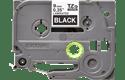 Oryginalna taśma TZe-325 firmy Brother – biały nadruk na czarnym tle, 9mm szerokości 2