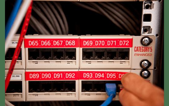 Oriģinālā Brother TZe435 baltas drukas sarkana marķēšanas lentes kasetne, 12mm plata 4