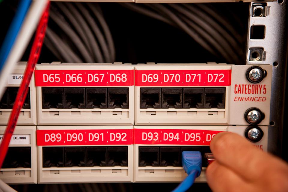 Fita laminada TZe435 Brother para etiquetar cabos