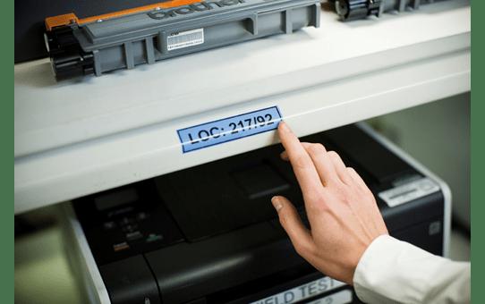 Oriģinālā Brother TZe551 melnas drukas zila uzlīmju lentes kasete, 24mm plata 4