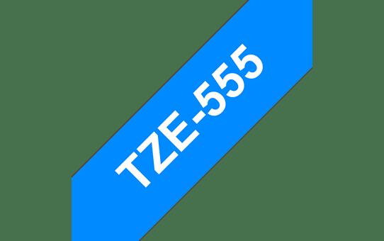 Original Brother TZe555 merketape – hvit på blå, 24 mm bred