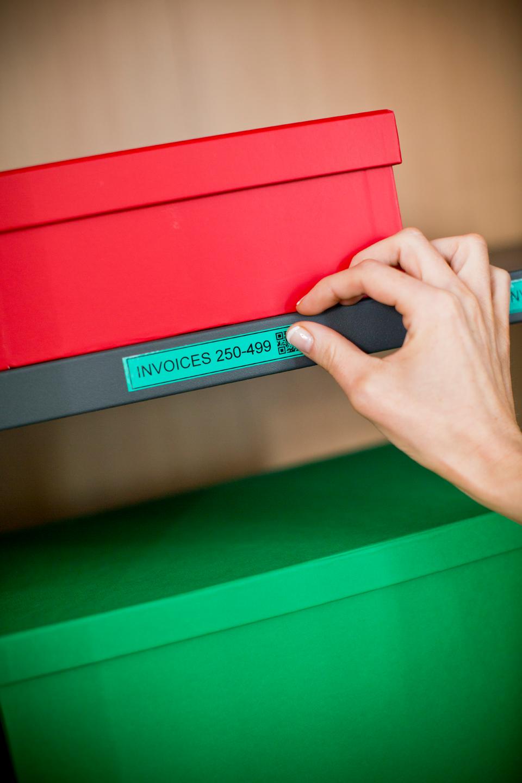 Cinta laminada TZe731 Brother fondo verde pegada en caja roja