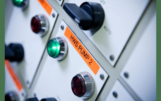 Originální kazeta s páskou Brother TZe-B51 - černý tisk na fluorescenční oranžové, šířka 24 mm 4
