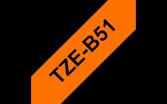 Original Brother TZeB51 merketape – sort på fluorescerende oransje, 24 mm bred